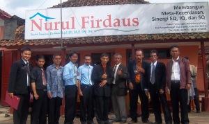 Manajemen Berpose di Depan Bangunan Lama Ponpes Nurul Firdaus 2012