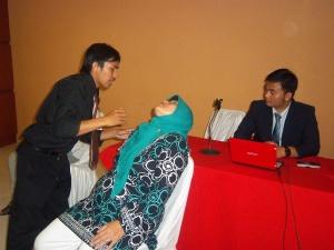 Yudi Setiana (Terapist Hypnosis SHOT-Indonesia) Sedang Melakukan Proses Hypnotherapi Memberikan Sugesti Positif