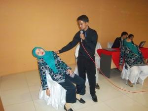 Rohdian Al-Ahad (Terapist Hypnosis SHOT-Indonesia) Sedang Memberikan Sugesti Positif (Motivasi) pada Saat Subjek dalam Keadaan Deep Trance