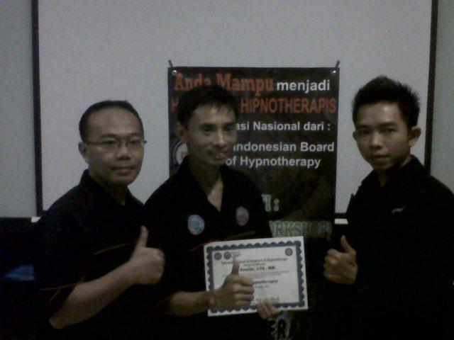 Iwan D. Gunawan (President of Indonesia School Hypnosis & Hypnotherapi) dan Gumilar (Owner of Hypnosis SHOT-Indonesia) dan Nikko (Trainer ISHH)