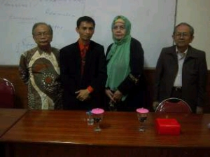 Tampak dalam Foto dari Sebelah Kiri, Prof. Dr. H. Ahmad Sanusi, M.Ph (Direktur Program Doktor Administrasi Pendidikan),  Dr. Gumilar, S.Pd.,MM (The Owner of Hypnosis SHOT-Indonesia),--Prof. Dr. Cornellia B. Jane,--Prof. Dr. H. Nana Syaodih (Alm) Berfoto Setelah Melaksanakan Pelatihan Hypnosis for Selling di Program Doktor (S-3) UNINUS Bandung.