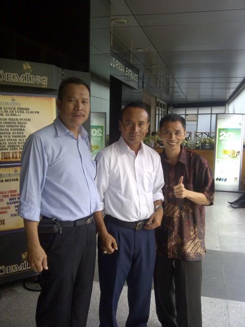 Tampak dalam Foto di Tengah Pak SLAMET (Direktur Bank BNI Wilayah Kab. Tasikmalaya, Kab. Ciamis, Kota Banjar, dan Kab. Pangandaran), di Sebelah Kiri Pak RUSMIN (Kepala Cabang Pembantu (KCP) BNI Kab. Pangandaran) dan Sebelah Kanan Pak Gumilar (The Owner Hypnosis SHOT-Indonesia) Berfoto Setelah Mengikuti Pelatihan Hipnotis untuk Penjualan (Hypnosis for Selling)untuk Karyawan Bank BNI.untuk Karyawan Bank BNI untuk Karyawan Bank BNI...