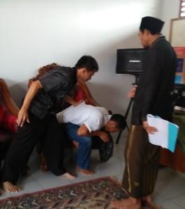 Prosesi Ruqyah untuk Penderita Perilaku Sex Menyimpang (Gay) disebabkan Gangguan Jin.