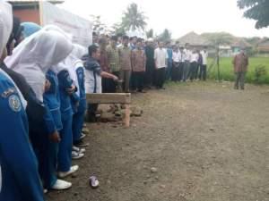 Direktur WAMY Indonesia Office Tampak Sedang Meletakan Batu Pertama Pembangunan Mesjid Jami di Ponpes Nurul Firdaus